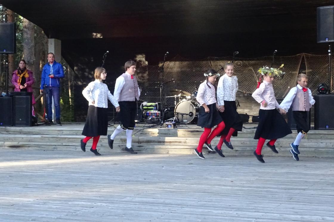 Vormsi lapsed tantsivad omavalmistatud rahvarõivastes