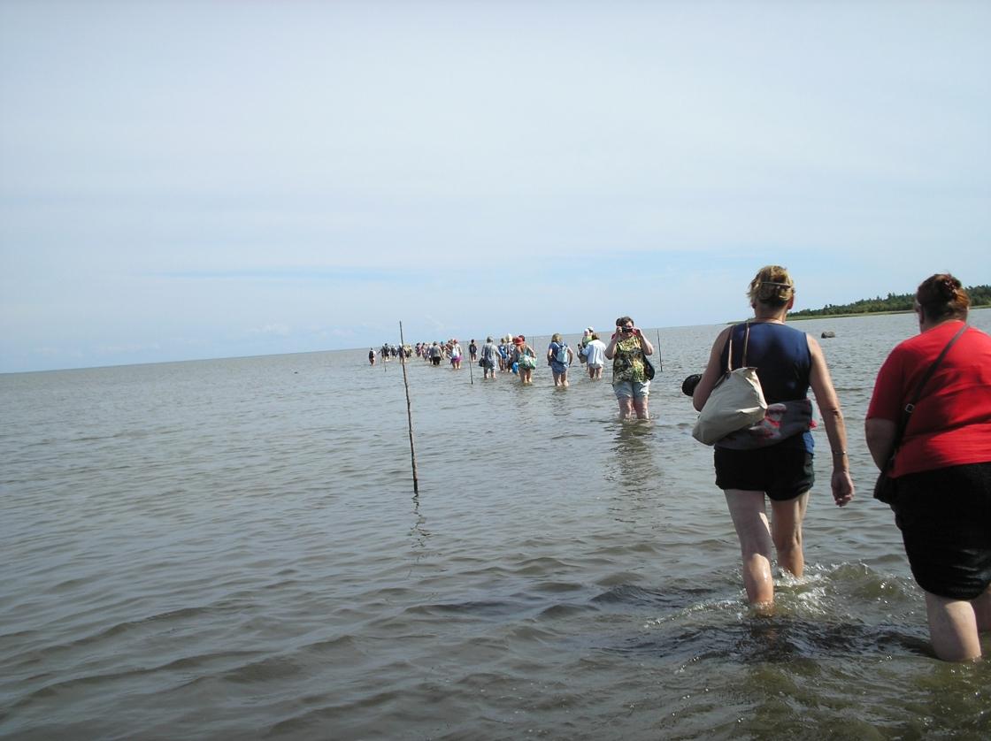 Jalgsimatk läbi mere