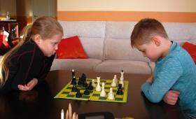 Jüri Gümnaasiumi õpilased, õpetajad ja nende pered 7. jaanuaril malet mängimas