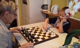 6-aastane Kennert oma vanavanaemaga maletamas