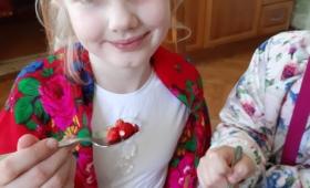 Metsmaasikatega maiustamas enne laulupeotule tervitamist Viru-Jaagupis