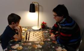 Isa mängib pojaga malet