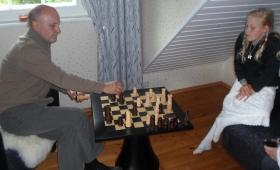 Vanaisa ja lapselaps maletamas