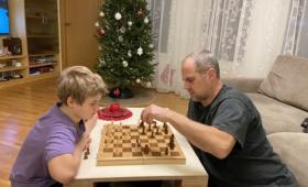 Jüri Gümnaasiumi õpilane maletamas Paul Kerese 105. sünniaastapäeval