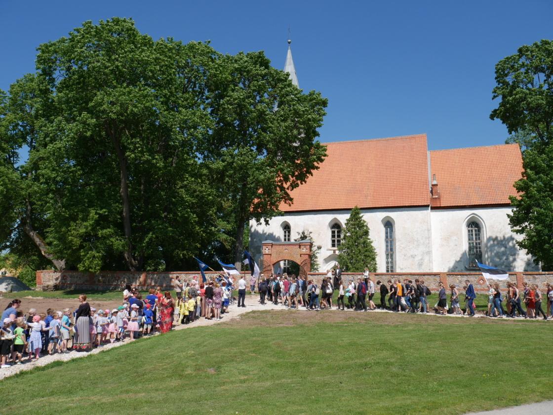Nõokad saabumas kirikuaeda, et ühiselt tähistada Eesti lipu päeva