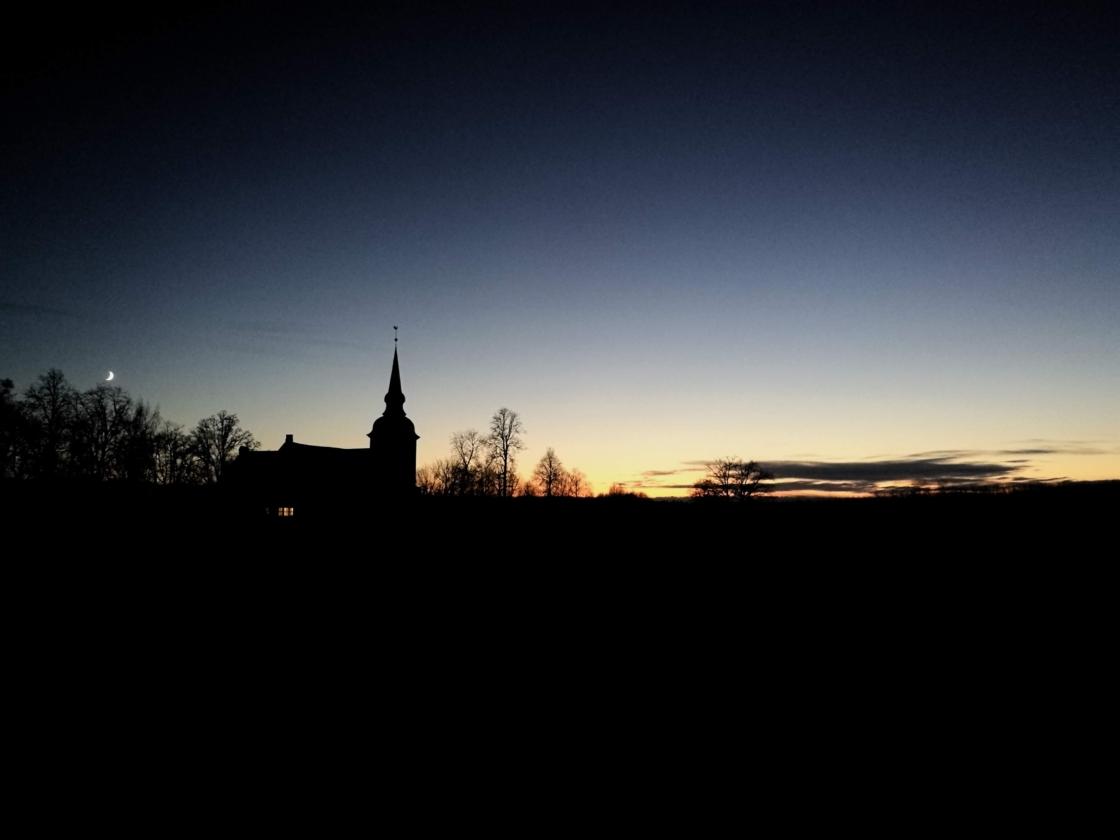 Vastseliina kirik päikeseloojangus