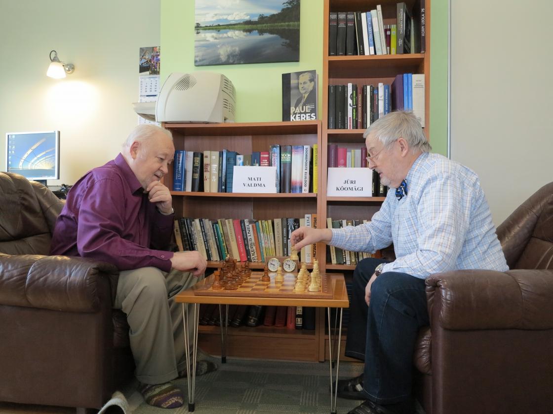 Naabrimehed maletamas Paul Kerese 100. sünniaastapäeval