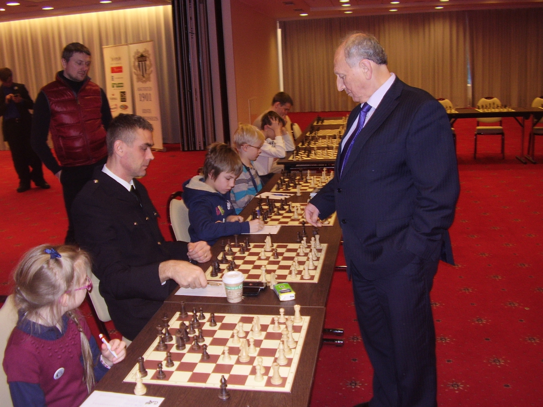 Simultaan suurmeister Jevgeni Svešnikoviga (1)