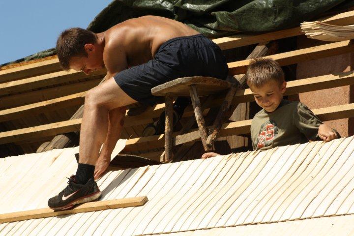 Laastu löömine sauna katusele