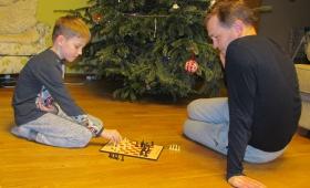 Jüri Gümnaasiumi õpilased maletamas Paul Kerese 100. sünniaastapäeval