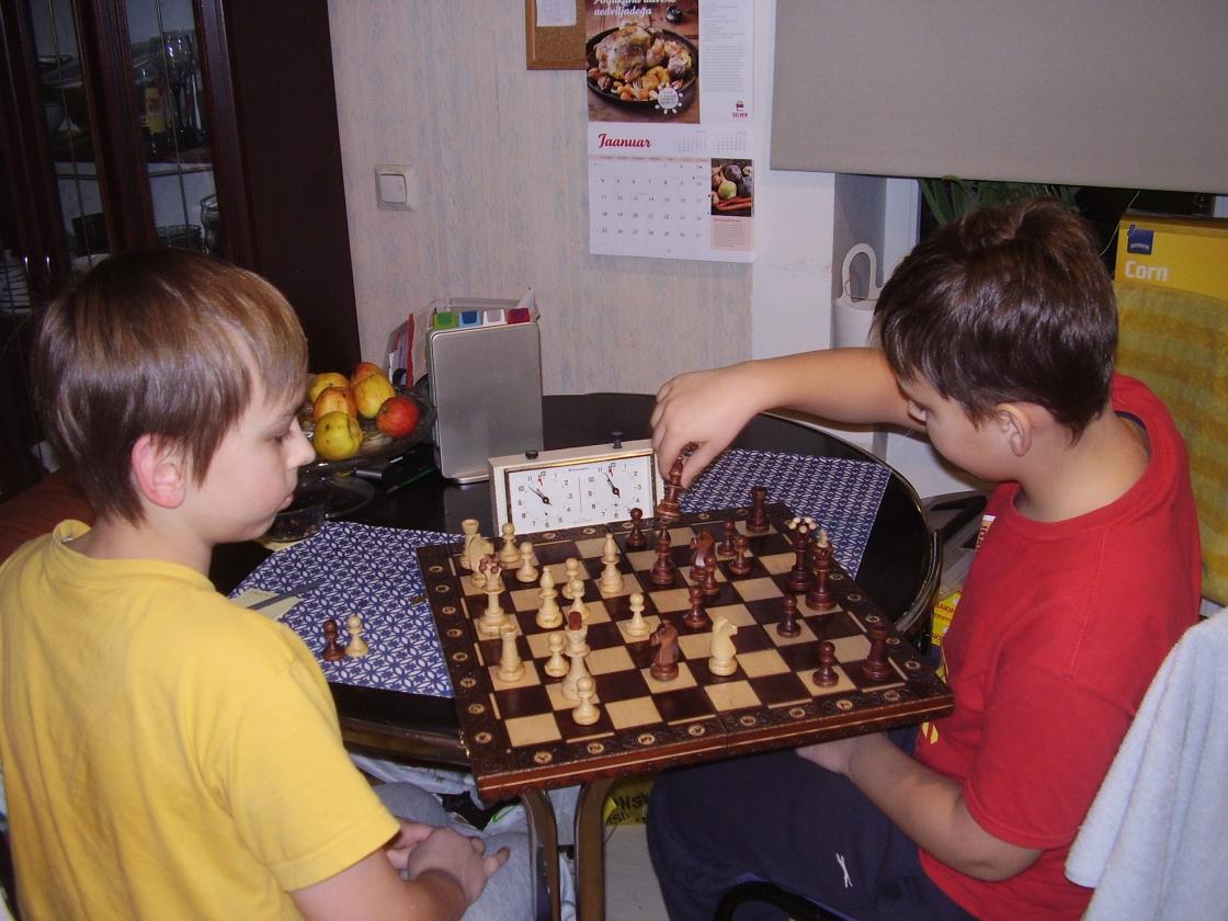 Vennad Tambet ja Tammo Tammisto mängivad malet Paul Kerese juubeliaastapäeval