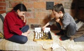 Elo ja Henn malet mängimas