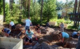 Koidu küla mehed ehitavad laste mänguväljakut