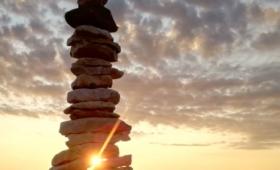 Õhtune päike paistmas läbi päevasaarel oleva kivitorni